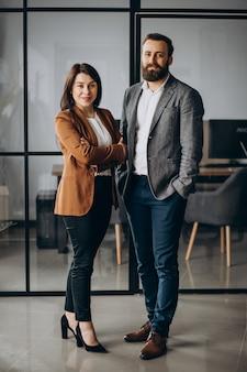 Parceiros de negócios juntos no escritório