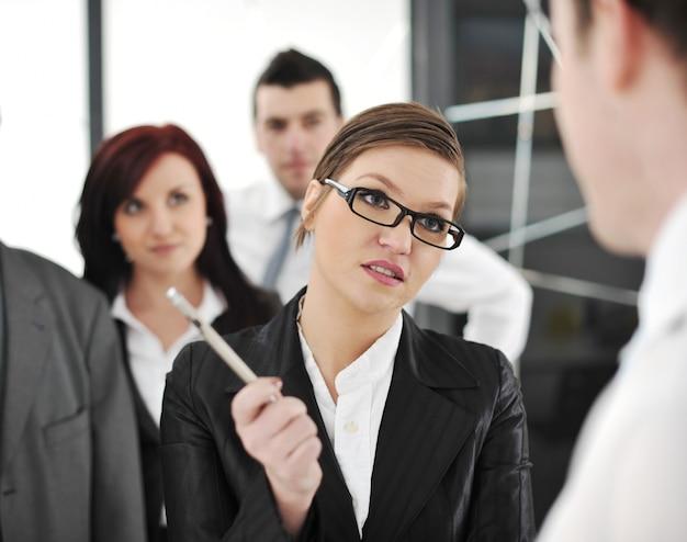 Parceiros de negócios que discutem documentos e idéias na reunião