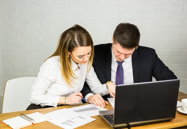Parceiros de negócios, trabalhando em um laptop