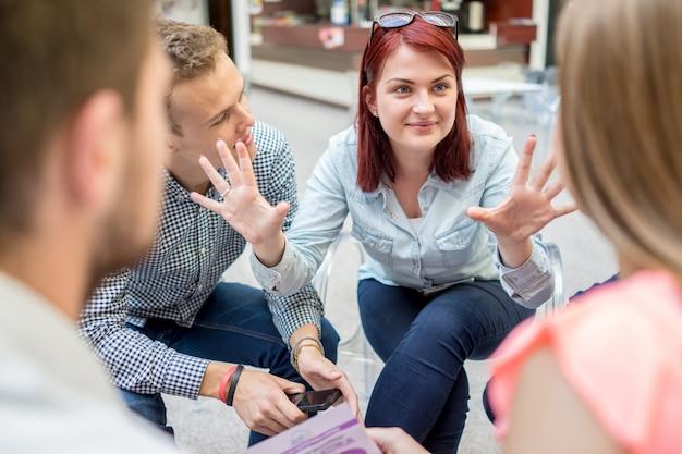 Parceiros jovens que discutem discussões de idéias e idéias na reunião