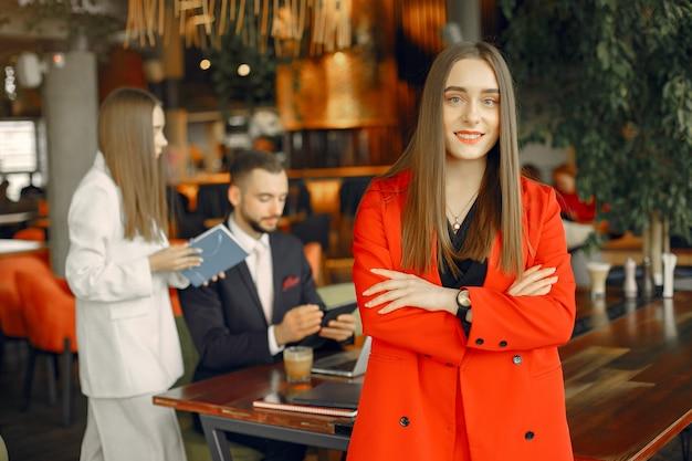 Parceiros, sentado à mesa e trabalhando em um café