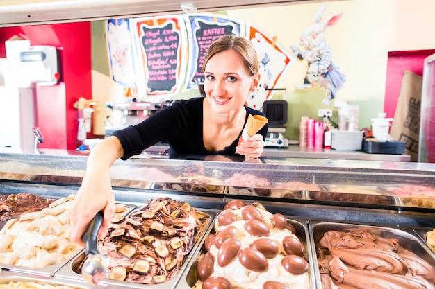 Parcela de menina vendas s colher de sorvete para bolacha