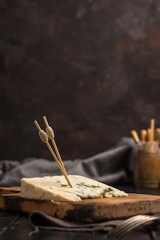 Parcela de roquefort do queijo em uma tabela rústica.