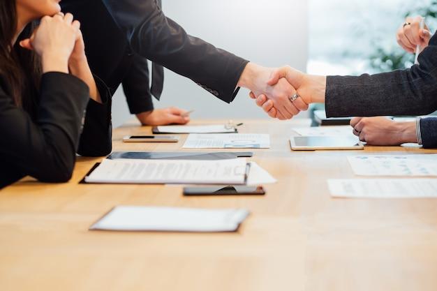 Parceria de sucesso. cooperação profissional e acordo. close-up do aperto de mão. pessoas de negócios fazendo um acordo.