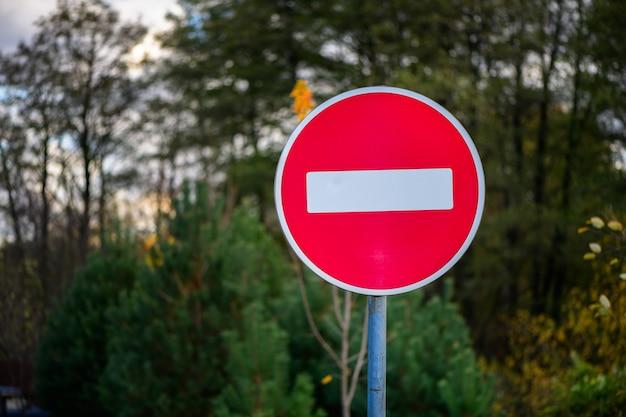 Pare a placa de trânsito no poste de metal proibindo o movimento