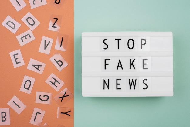 Pare a vista superior do conceito de notícias falsas