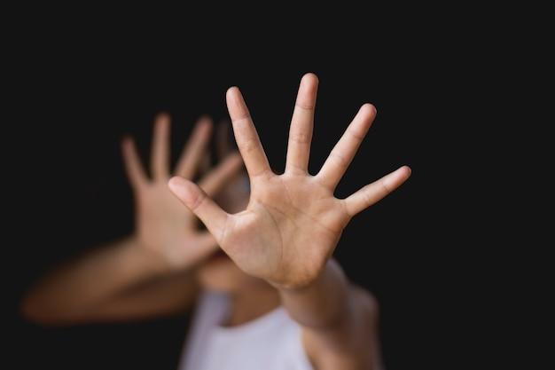 Pare de abusar da violência infantil. escravidão infantil no ângulo direitos humanos.