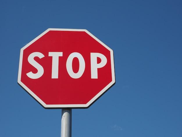 Pare de assinar sobre o céu azul
