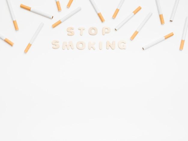 Pare de fumar mensagem com cigarros sobre fundo branco