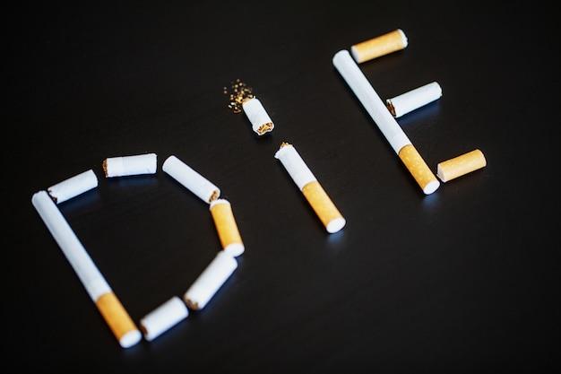 Pare de fumar o conceito com cigarros quebrados. pilha de cigarros. proibido fumar