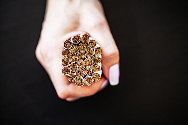 Pare de fumar o conceito com cigarros quebrados.