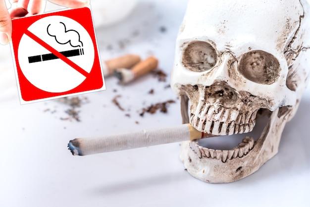 Pare de fumar para o dia mundial sem tabaco. conceito insalubre e nenhum cigarro.