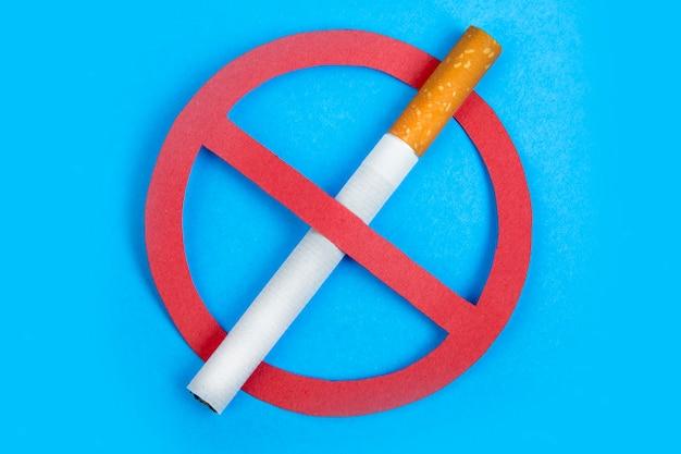Pare de fumar sinal no azul