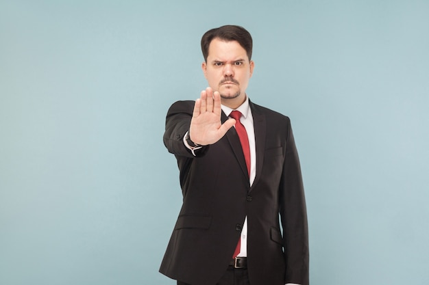 Pare de mau sinal de mão infeliz homem mostrando a mão
