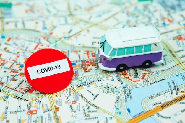 Pare de viajar devido ao coronavírus. a epidemia de covid-19 parou o turismo em todo o mundo. fechamento de aeroportos e rodoviárias. passaportes no mapa e sinal de stop.