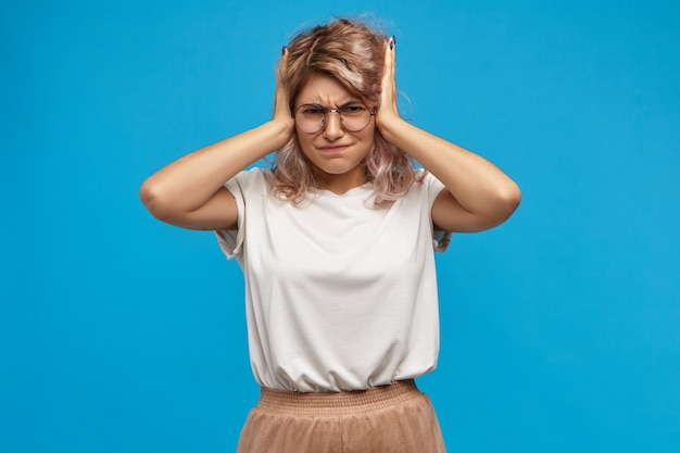 Pare! horizontal de uma garota atraente e frustrada e hippie na moda brigando com o namorado ciumento. não suporto gritos altos e intoleráveis