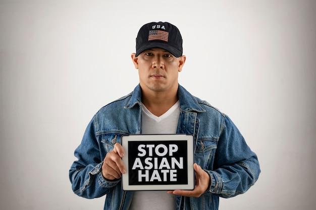 Pare o conceito asiático com homem usando chapéu