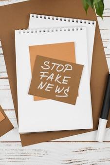 Pare o conceito de notícias falsas com o caderno