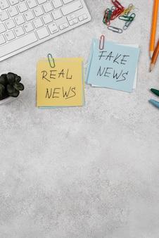 Pare o conceito de notícias falsas com post-its de vista superior