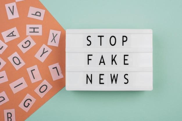 Pare o conceito de notícias falsas plana lay
