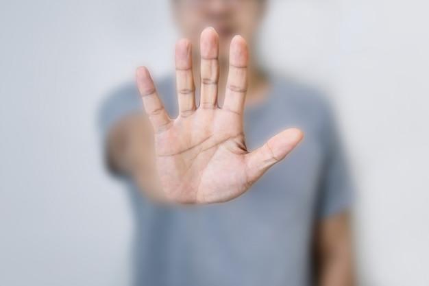 Pare o conceito de um homem mostrando a mão fazendo
