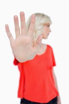Pare o sinal feito por uma jovem loira