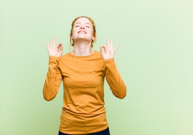 Parecendo concentrado e meditando, sentindo-se satisfeito e relaxado, pensando ou fazendo uma escolha