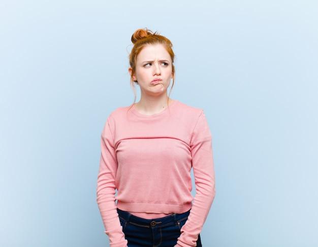 Parecendo confuso e confuso, pensando ou tentando resolver um problema ou pensando