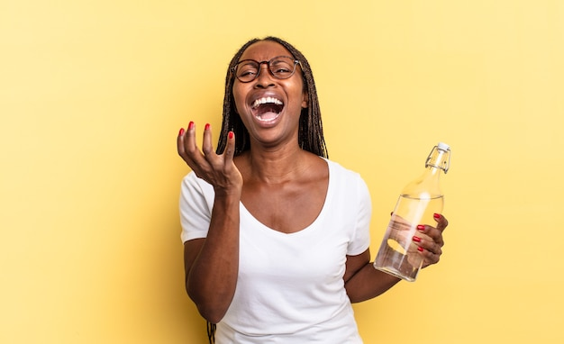 Parecendo desesperado e frustrado, estressado, infeliz e irritado, gritando e gritando. conceito de garrafa de água