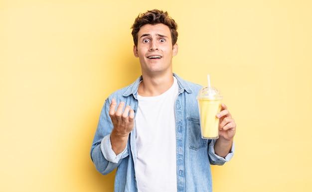 Parecendo desesperado e frustrado, estressado, infeliz e irritado, gritando e gritando. conceito de milkshake
