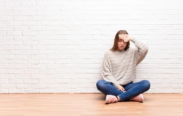 Parecendo estressado, cansado e frustrado, secando o suor da testa, sentindo-se desesperado e exausto