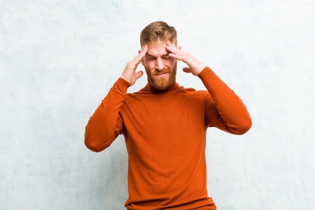 Parecendo estressado e frustrado, trabalhando sob pressão com dor de cabeça e preocupado com problemas