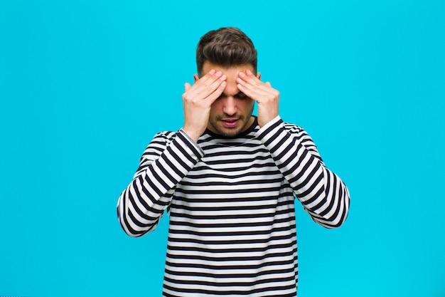 Parecendo estressado e frustrado, trabalhando sob pressão com uma dor de cabeça e preocupado com problemas