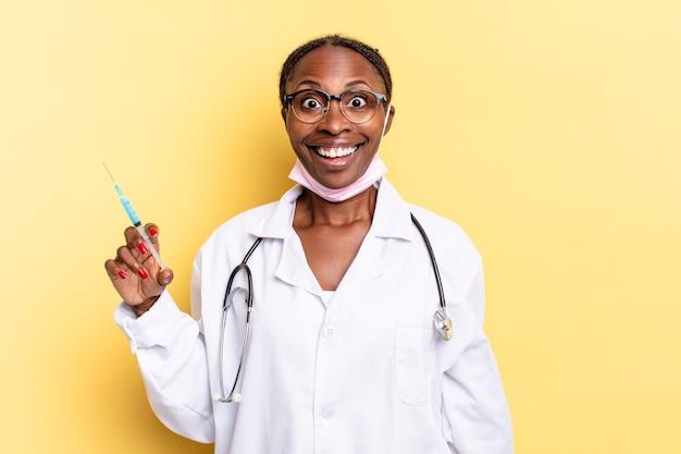 Parecendo feliz e agradavelmente surpreso, animado com uma expressão fascinada e chocada. conceito de médico e seringa