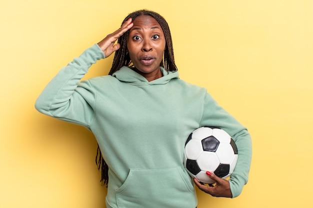 Parecendo feliz, espantado e surpreso, sorrindo e percebendo uma boa notícia incrível. conceito de futebol