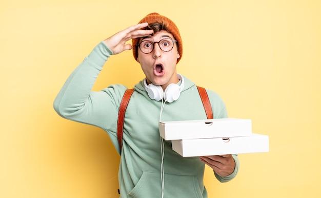 Parecendo feliz, espantado e surpreso, sorrindo e percebendo uma boa notícia incrível. conceito de pizza