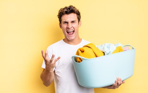 Parecendo irritado, irritado e frustrado gritando wtf ou o que há de errado com você. conceito de lavagem de roupas