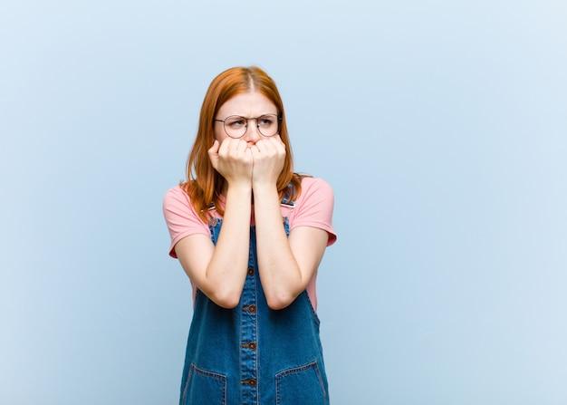 Parecendo preocupado, ansioso, estressado e com medo, roendo as unhas e olhando para o espaço de cópia lateral