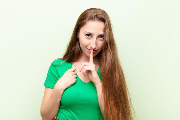 Parecendo sério e cruzado com o dedo pressionado nos lábios, exigindo silêncio ou silêncio, mantendo um segredo