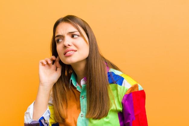 Parecendo sério e curioso, ouvindo, tentando ouvir uma conversa secreta ou fofocas, bisbilhotando