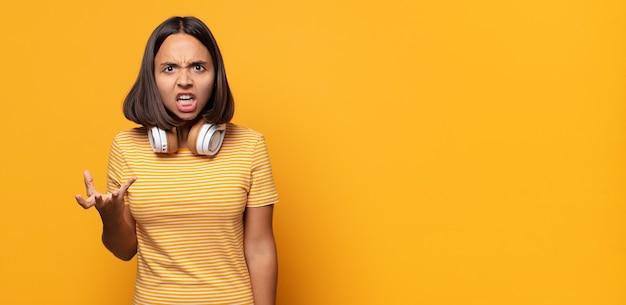Parecendo zangado, irritado e frustrado gritando wtf ou o que há de errado com você