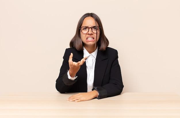 Parecendo zangado, irritado e frustrado gritando wtf
