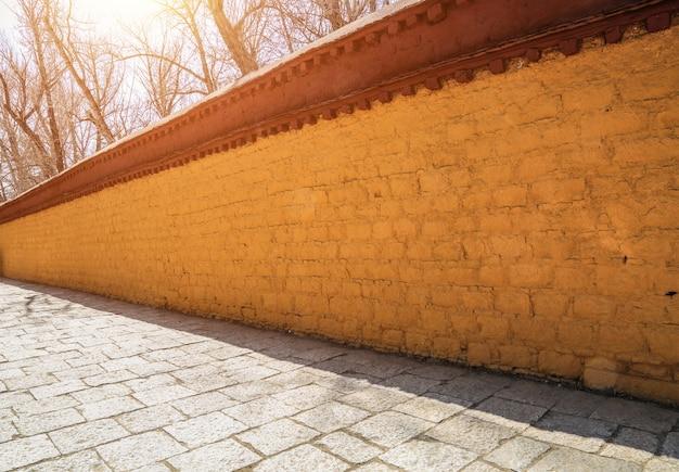 Parede amarela feita de tijolos