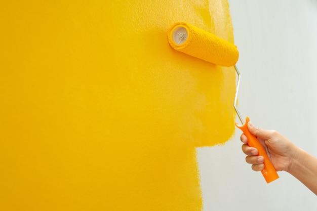 Parede amarela pintada à mão