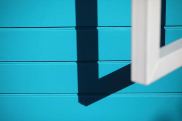 Parede azul com janela