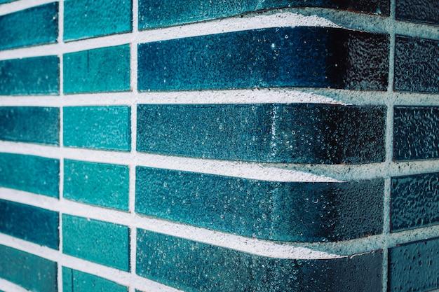 Parede azul de água-marinha em uma piscina. fundo de cor de verão.