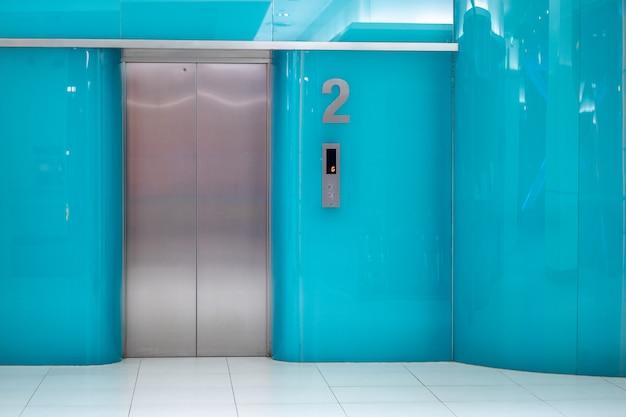 Parede azul design de elevador no escritório
