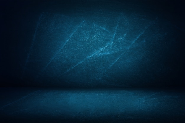 Parede azul do estúdio do fundo do quadro-negro e da sala de exposições para o produto da apresentação