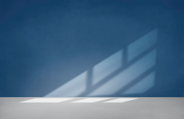 Parede azul em uma sala vazia com piso de concreto