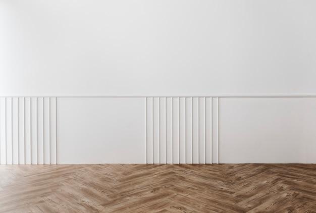 Parede branca com decoração de piso de madeira